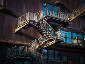 sonhar com estar subindo escada