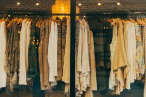 Sonhar que está comprando roupas