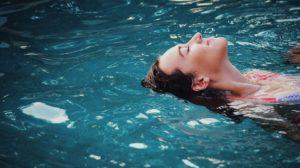 Sonhar com piscina cheia
