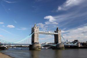 Sonhar com ponte sobre rio