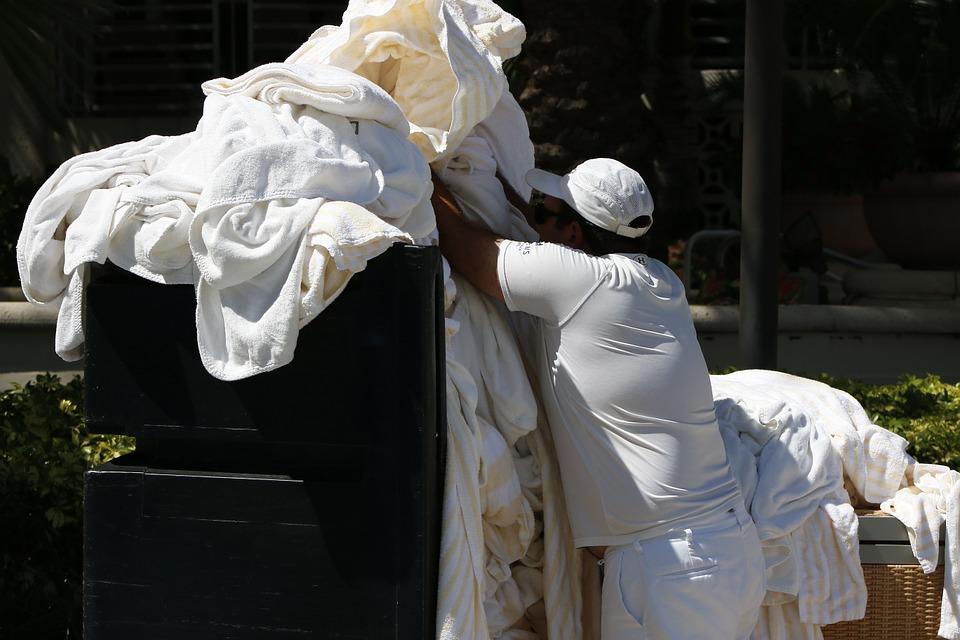 Sonhar com muita roupa suja