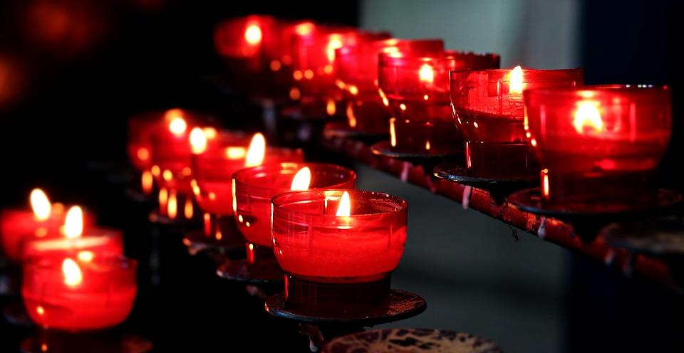 Sonhar com muitas velas acesas