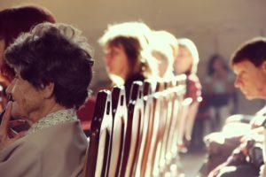 sonhar com igreja cheia de gente