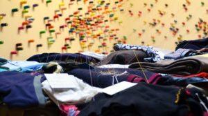 Sonhar com muitas roupas espalhadas