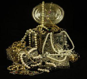 Sonhar com joias de ouro