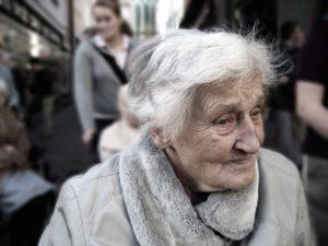 Sonhar com idosa desconhecida