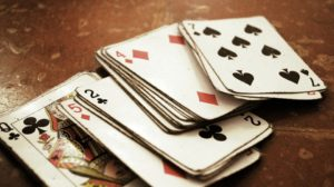 Sonhar que está jogando baralho
