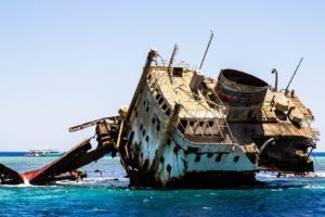 Sonhar com navio afundando