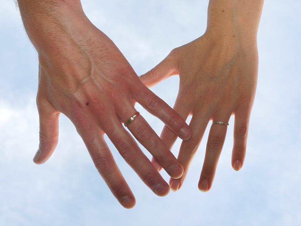 Sonhar com aliança no dedo de um homem